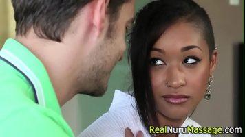 فتاة سوداء منحرفة للغاية تحب أن يمارس الجنس معها بشدة من قبل شريكها