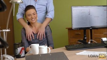 امرأة سمراء تأتي إلى مقابلة عمل وتمتص الديك لتمريرها