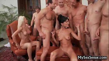 يمارس الجنس في مجموعة مع سيدتين رائعتين متاحتين لأي رجل لديه