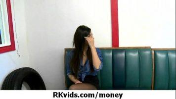 امرأة سمراء تتلقى المال من رجل أصلع لامتصاص قضيبه بعدة طرق