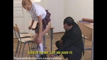 شقراء منحرفة للغاية استمناء ويجب أن تخلع ملابسها بسبب هذا