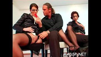 أثناء فترات الراحة من العمل ، يلمس المحامون زملائهم الذين يفتحون أرجلهم