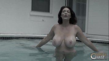 امرأة سمراء ذات ثديين كبيرين مع صديقها في المسبح وتقدم الجنس الفموي تحت الماء
