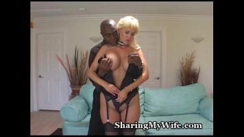 لديها ثدي كبير للغاية وهي حريصة للغاية على اختراق هذا الرجل الأسود لها