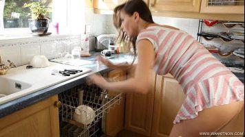 بعد الانتهاء من عملها في المطبخ ، هذا كس فاتح للشهية تقلع