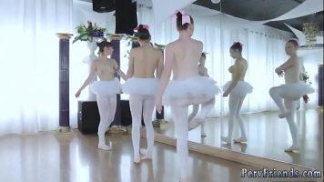 راقصات الباليه الشابة ذات الصدور الكبيرة والتي تقدم للمدرب حلم ممارسة الجنس الفموي في المجموعة