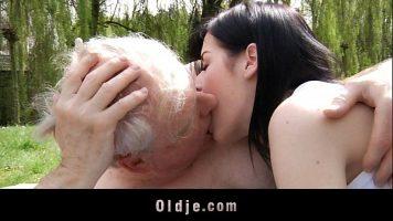 حتى لو كان هذا الرجل السمراء الشاب لديه شعر أبيض ، فإن هذه المرأة الشابة تحب الحصول عليه