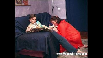 وبينما كان يقرأ الجريدة ، تمتص هذه المرأة الناضجة قضيبه راغبًا في الوصول إليه