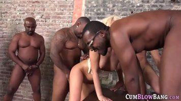 ممارسة الجنس الشديد مع كس شقراء مع ثدي صغير يمارس الجنس مع السود قرنية الذين لا يفعلون ذلك