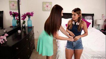 اثنين من مثليات جميلة المشي في الملابس الداخلية حول المنزل