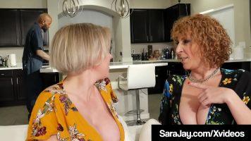 تجتمع سيدتان كبيرتان في منزل رجل أسود لممارسة الجنس في غرفة المعيشة