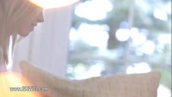 يضع أصابعه في كس صديقتها لأنه يريد أن يشعرها بالرضا