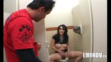 هذه امرأة سمراء في الحمام تستمني بوسها في مرحاض الرجال