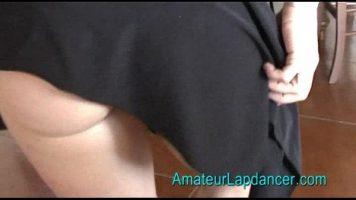 لديها تنورة قصيرة جدا وتريد خلع ملابسها والسيطرة عليها جنسيا
