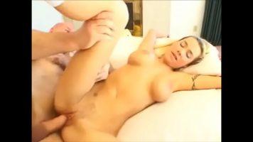 شقراء شابة ذات ثديين كبيرين تمارس الجنس مع صديقها في الصباح
