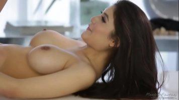 تبدأ المرأة ذات الصدور الكبيرة والتي لديها وشم على ذراعيها في ممارسة الجنس الفموي