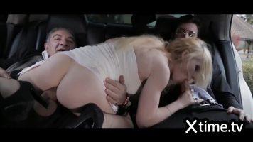 شابة ذات عيون جميلة تمتص الديك وتمارس الجنس الشرجي مع رجلين