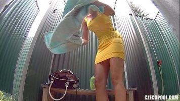 امرأة سمراء لطيف الكلبة ضعيفة جدا وجميلة يأخذ دش