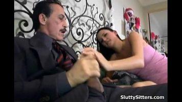 رجل سمراء ناضجة مع شارب يقوم بعمل مخلبه بجانب امرأة شابة