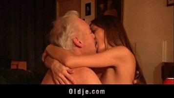 قرط ترفاكو في البظر يستقبل ألسنة من رجل عجوز