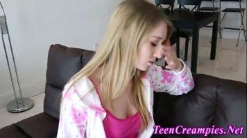 شابة شقراء تتحدث مع صديقها على الهاتف