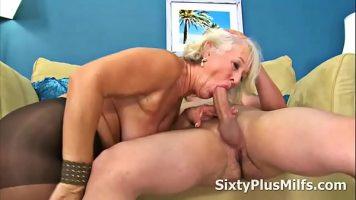 حفلة جنسية مكثفة مع عاهرة قديمة ذات ثديين فضفاضين للغاية