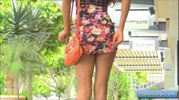 تنورة قصيرة على امرأة ناضجة رفيعة ذات ثديين كبيرين للغاية