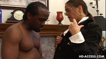 امرأة سمراء عاهرة مع الثديين تمتص الديك الرجل الأسود