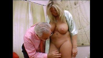 ممارسة الجنس مع اثنين من الأشياء الجيدة الشقراء الناضجة الذين لديهم صدر كبير ويمارسون الجنس عن طريق الفم