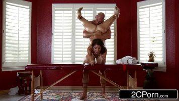 تستلقي الفتاة التي لديها ثقب في مهبلها على طاولة التدليك