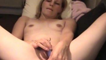 امرأة بيضاء مع رغبة جنسية مكثفة تفتح بوسها لتظهر لك