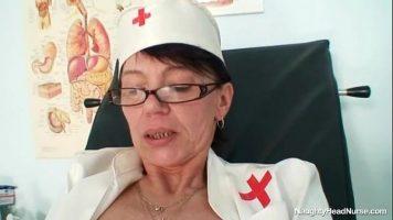 الكلبة سمراء القديمة جدا متنكرا في زي ممرضة