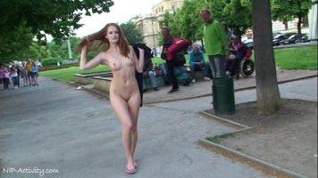 المراهق الذي لديه الشجاعة للسير بدون ملابس على الشاطئ والتباهي