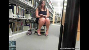 أرصدة كبيرة تجعل المرأة تخلع ملابسها في مكتبة