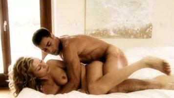 الأم اللعينة جيدة في السرير كرجل مع عضلات بطن محددة جيدا