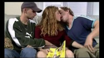 الكلبة شقراء مع الثدي الصغيرة التي تمارس الجنس مع اثنين من الشباب مع الديك الكامل الكامل