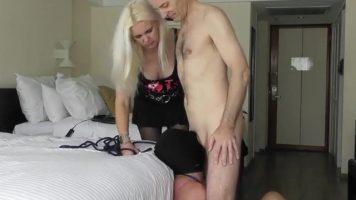 مارس الجنس في الفم على حافة السرير من قبل رجل أصلع