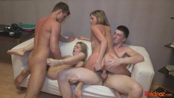 لطيف الفتيات مارس الجنس من قبل الأولاد جاهزين للمال الذين هم زملاء