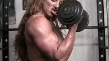 امرأة لاعب كمال اجسام مشوه من عضلاتها