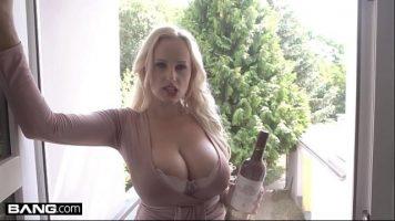 تستيقظ مع جودة عالية مع زجاجة نبيذ عند الباب