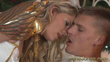 ملاك المخملية الذي يلبي رغبات الرجال الجنسية