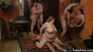 النساء البدينات يمارسن الجنس مع بعض الرياضيين الجميلين وذوي الديوك الكبيرة