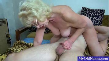 امرأة عجوز تضاجع شابًا يحب الجدات واقفة ديك