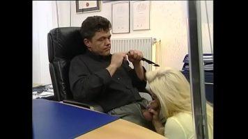 يمتص الديك في مكتب الرجل بسلسلة ذهبية حول رقبته