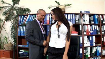 سكرتيرة سمراء ذات عيار طويل جدًا تمارس الجنس مع رئيسها