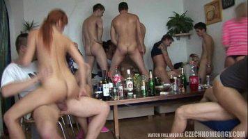 حفلة مع الفتيات الديك جيدة جدا الذين يجلسون مع قيعانهم