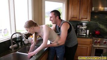 إنها لا تعرف كيف تغسل الأطباق جيدًا ، لكنها لا تعرف كيف تطبخ ، وهي مجبرة على التجفيف