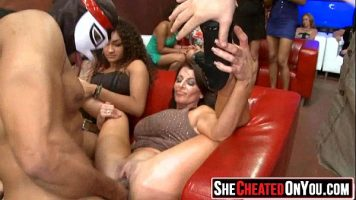 في حفل خاص ، تقوم النساء بتوظيف رجال على استعداد لمضاجعتهم