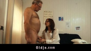 رجل مسن يرتدي نظارات يمارس الجنس مع عاهرة