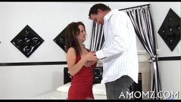 امرأة سمراء مع ثديي ضخم يحب أن يمارس الجنس على ظهره أثناء الجلوس
